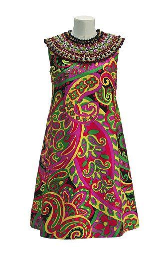 Vestido de Yves Saint Laurent (1967). Al final de los años 60, la moda occidental buscaba fuentes de inspiración en otras culturas. Este vestido de la colección africana de YSL evoca en las telas a las prendas tradicionales tribales y el escote embellecido reinterpreta un collar africano