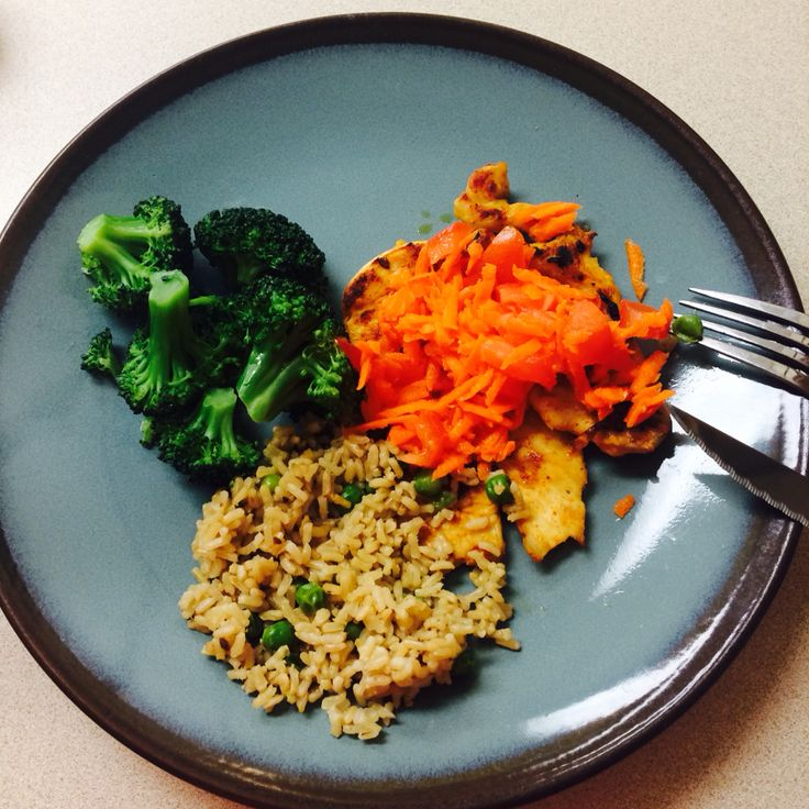 Steamed Broccoli, brown rice, grilled chicken, shredded carrots,  tomatoes, lime.  ----------------------------------- Broccoli al vapor, arroz integral, pollo a la parilla, zanahoria rayada, tomate y limón.