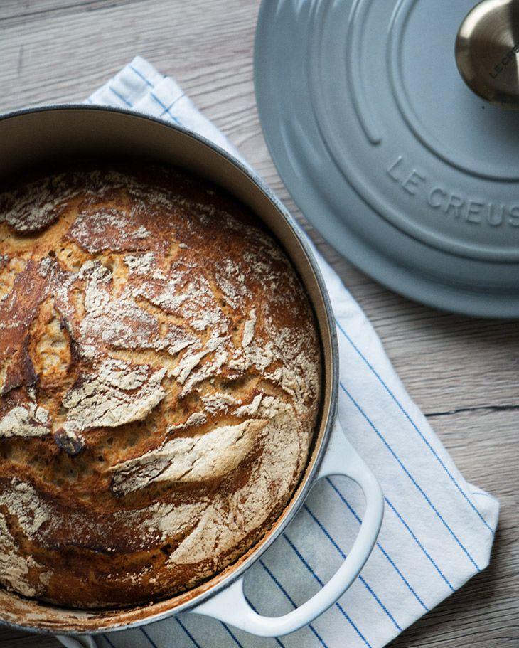 Grydebrød med den sprødeste skorpe og saftigste krumme med god smag og så er det virkelig nemt at bage - få opskrift og se billeder her