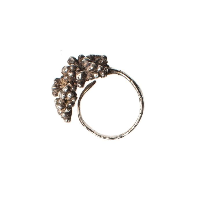 Maja Licul The grape structure of this ring allows it to become a central accessory of our appearance or just a priceless detail. The chestnut bud motif elongates...