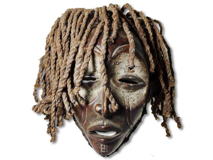 Hier können Sie eine dekorative Chokwe Maske erwerben. Diese Maske vom Stamm der Chokwe wurde in kunstvoller Handarbeit aus Holz geschaffen und mit einem Kopfkorb ausgestattet. Diese traumhafte Chokwe Maske hat eine Höhe von ca. 28cm. Zögern Sie nicht im Entferntesten und kaufen Sie jetzt.#ChokweMaske #MaskevomStammderChokwe #Chokwe #Wandmaske #Holzmaske