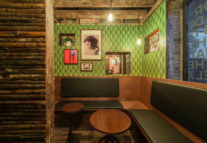 Carta da parati con motivi optical e mood anni Cinquanta: una delle salette che compongono Punch, night bar nel cuore di Shanghai. Mobili custom made realizzati in legno di bambù da Neri&Hu