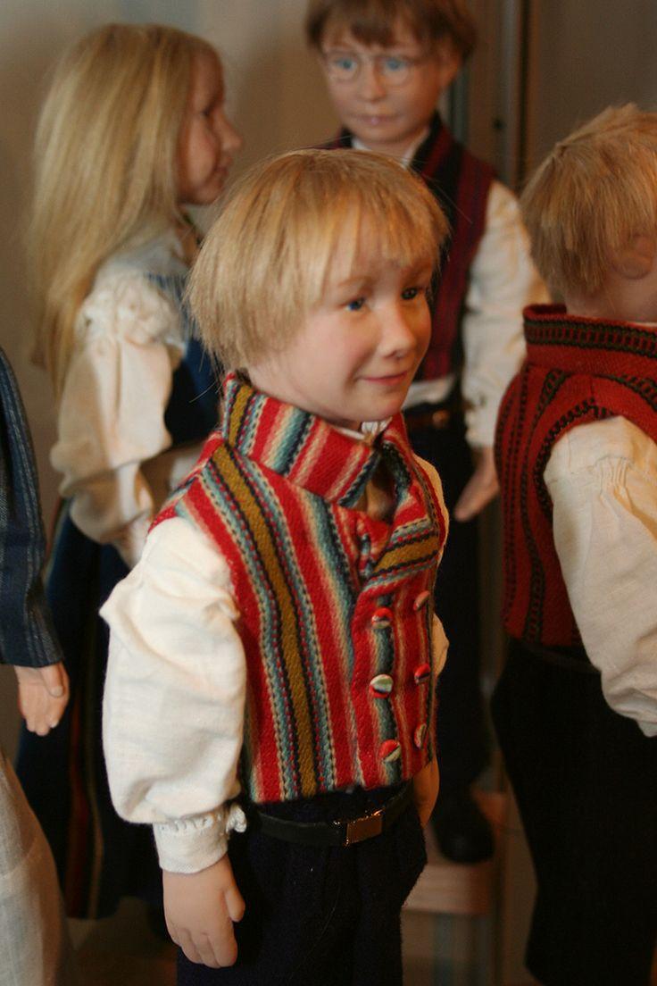 Oululaisen Mirja Lohen valmistamat kansallispukunuket ovat osa näyttelyä. Oulu (Finland)
