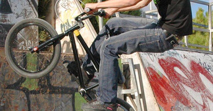 Lista de trucos para la bici de BMX. El BMX se practica tanto como deporte recreativo, como también competitivo, implica la realización de una variedad de trucos en bicicletas livianas. Hay dos diferentes tipos de acrobacias en BMX: Los trucos en carretera y los trucos de rampa. Las acrobacias de carretera se realizan en tierra firme sin la ayuda de rampas. Los trucos de rampas ...