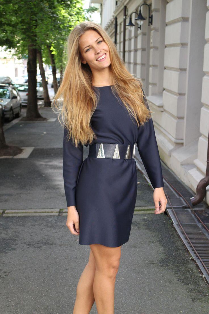 En enkel kjole som kan pyntes opp med belte. Og den koster kun 70 kr å sy!Kjole/Sydetselv (70 kr)...