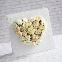 Wyjątkowy i oryginalny komplet z okazji zaślubin wykonany metodą scrapbookingu. Ozdobiony materiałami najwyższej jakości papierami, wycinankami, kwiatami, napisem, brokatem, wstążeczką oraz przeszyciami.  Komplet zawiera kartkę oraz pudełeczko. Wymiary kartki ok.14x14cm. Wymiary pudełeczka ok. 15x15cm.  Polecam!