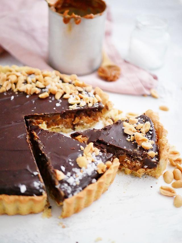 """Jag bakar ganska ofta bakverk med """"snickers""""-smak, dvs karamell, jordnötter och choklad, Just den här snickerspajen är något speciellt utöver mina andra snickersbakverk. Inte bara för att den är galet god men också för att det tog typ två månader för"""