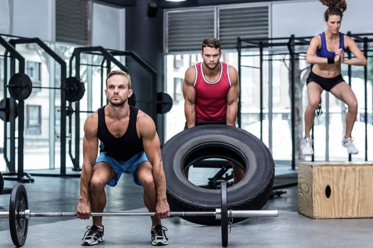 Le crossfit permet de combiner les exercices d'haltérophilie, de musculation et de cardio dans une même séance intensive. Découvrez les mouvements incontournables de cette discipline en plein boom.