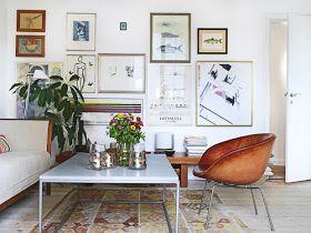 Ännu ett vackert danskt hem. Svart. Vitt. Konstraster. Varma bruna inslag; stolarna, bänken, ramar mm. Blandad konst skapar personlighet....