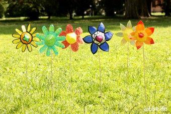 Bunte Blumen aus Papier auf der Wiese @ Labbé