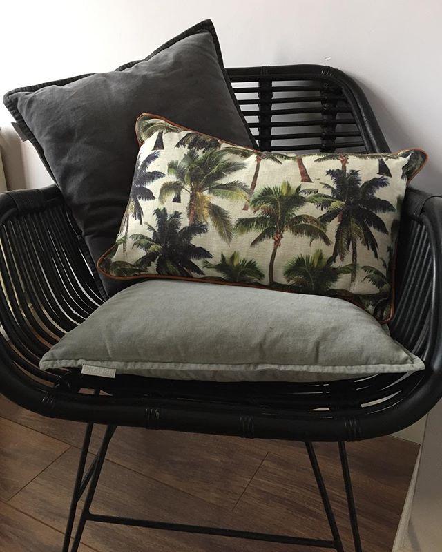 •online now• Deze leuke kussens staan online in onze shop!! Op de voorkant staan mooie palmbomen en de achterkant is donker blauw en de rand erom heen is een camel kleur. Mooie kleuren combi en linnen achtig materiaal. Staan prachtig in onze gouden draad stoelen die je ook vind in onze shop. Fijne dag liefs @bluft.interieur #palmtree #pillow #gold #goud #stoel #glamour #jungle #2017  #interiordesign #interior #interieur #bluft #bluftinterieur #design #vtwonen #wonen #styling #dutch #label #