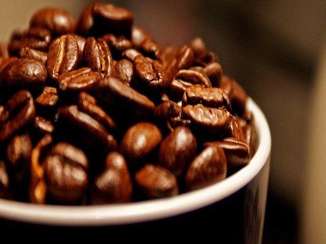 Kahve, aynı miktarda çayın 2 katı kadar kafein içeriyor.Sanılanın aksine koyu kavrulmuş kahve uzun süre ısıya maruz kaldığından daha az kafein içeriyor. Mırra (Arap usulü kahve) en az, Türk kahvesi orta, espresso İtalyan kahvesi ise en çok kavrulan kahve olarak sıralanıyor.
