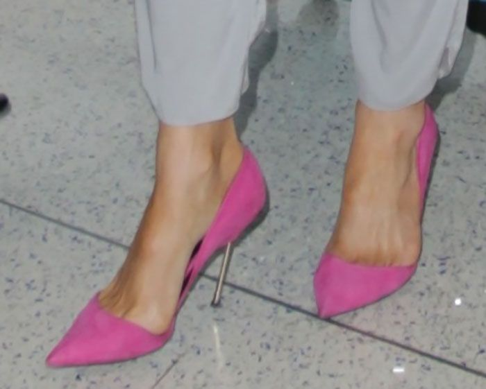 Kate Beckinsale Jets Out of LAX in Kurt Geiger Heels