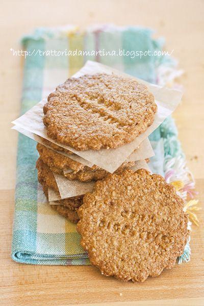Biscotti digestive fatti in casa - 100g di fiocchi di avena 50g di farina di mais fioretto 50g di farina integrale (Mulino Marino, indicata per biscotti e crostate) 35g di zucchero di canna Muscovado (quello molto scuro e umido) 15g di zucchero di canna Demerara 20g di zucchero semolato 100g di burro 2 1/2 cucchiai di latte 1/2 cucchiaino di lievito Paneangeli per dolci 1/2 cucchiaino di bicarbonato 1/2 cucchiaino di fleur de sel