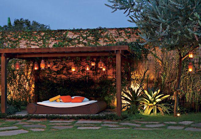 Noites tropicais  Românticas lanternas marroquinas, da Espaço Til, desenham uma penumbra nesta pérgola no Morumbi, em São Paulo, forrada de sapatinho-de-judia. No inverno, com a acácia-mimosa em floração, o astral é ainda melhor. Além das lanternas com velas, as pérgolas podem ser iluminadas a partir de spots de alumínio dispostos no chão com o foco voltado para a estrutura. Para isso, é necessária a instalação elétrica prévia para lâmpadas de, no mínimo, 50 W.