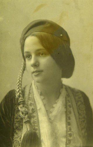 Η δεσποινίς Λέκκα-Ιακωβίδη με παραδοσιακή ενδυμασία εποχής Αμαλίας. Αθήνα, γύρω στα 1910 Emile Lester