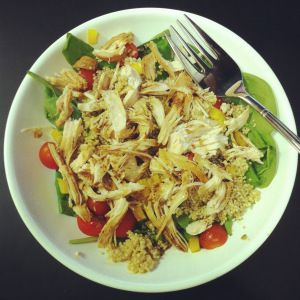chicken taco meat salad- 4 cups low sodium chicken broth, 1 packet low sodium taco seasoning, green bell pepper, cherry tomatoes and spinach leaves in the salad