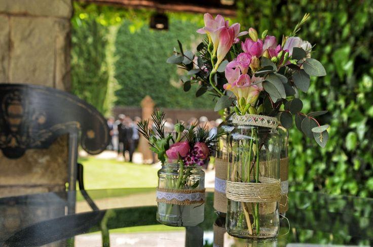 Decoración del banquete de boda en  una masía