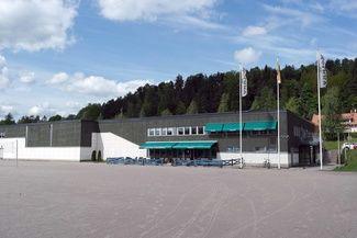 Tässä on kisapuiston vieressä sijaitseva squash- ja tennishalli. Sisältä löytyy mm. tenniskenttiä, sulkapallokenttiä ja squash kenttiä. Sisääntulossa on kahvio ja terassi. Hallin edessä olevalla  hiekkakentällä pelataan vuosittain mölkun SM-kisat.