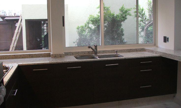Cocina chocolate y granito blanco Kashmir/ Brown kitchen kashmir granite.