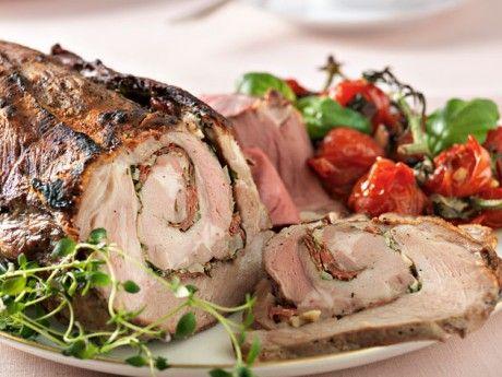 Porchetta är en klassisk italiensk rätt där fläskkött fylls med örter, fänkål och vitlök och sedan tilllagas över öppen eld. Man kan tillaga en hel gris på detta sätt. Här har vi gjort en förenklad variant på urbenad karré.