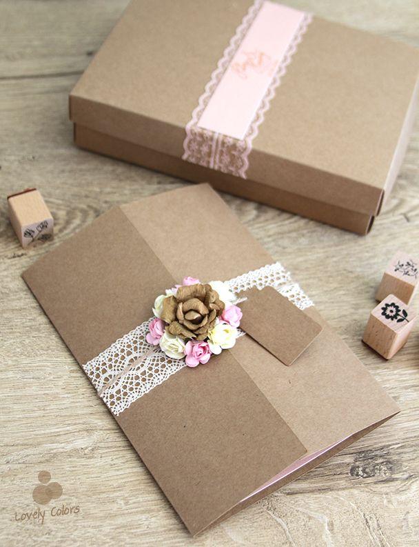 Lovely Colors, özel tasarım düğün davetiyesi. Dantel süslemeli kutu içinde beyaz ve pembe çiçekli zarif davetiye. // Wedding invitation with white and pink flowers in a lace box. // Pretty Pink