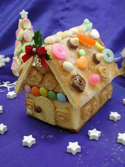 今日は、定番の「しほりんお菓子の家の作り方」をご紹介しますね私のオリジナルです。いろんな本に載っていますがあまりにも難しい作りかたなので、子供たちにはできないと思って、これを考えましたクリスマスにいかがでしょう~材料カステラのブロック1個100円を2個13センチ×8センチ1部スーパーコンビニ(100円ローソン)1部サンクスなど問い合わせハミングカステラエヌエス株式会社06ー6395ー9011屋根にする長方形のお菓子これはパイです。8センチの長さがあれば、このカステラではOKです。クッキーやパイがよくウエハースは向きません(層がばらばらになります)よく見る「ココナッツササブレでもOK)片面3枚ずつで6枚あればOKです。接着にするホワイトチョコレート明治が扱いやすいです。他のもので、溶けにくいならバターを入れると...クリスマスお菓子の家の作り方