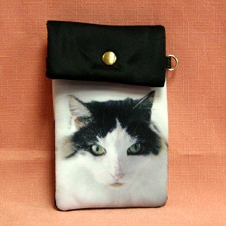 Pochette de téléphone en tissu avec motif chat angora turc. Lanière en simili cuir pour porter autour du coup fournie avec la pochette.  Dimension: 10cm x 12,50cm