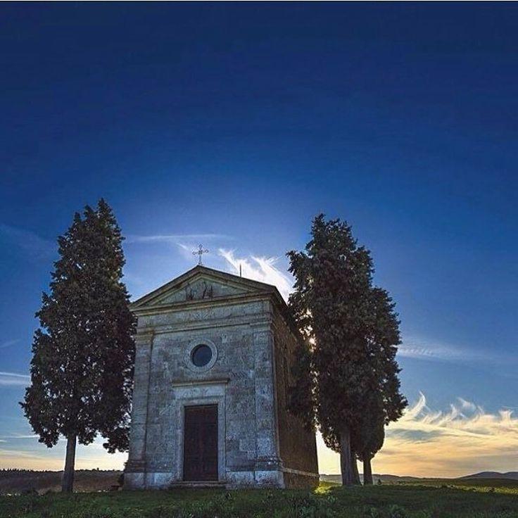 Foto di @photoreds Buongiorno ragazzi ad est di San Quirico d' Orcia sulla strada panoramica che conduce a Pienza si trova una dei punti più belli e di gran lunga più fotografati dell' intera Valdorcia: la Cappella di Vitaleta una piccola cappella sulla cima di una graziosa collina circondata da un paesaggio quasi surreale. Anche se forse non ne conoscevate il nome l' avrete sicuramente vista ritratta in molte cartoline della Toscana.  Il paesaggio intorno a San Quirico è veramente…