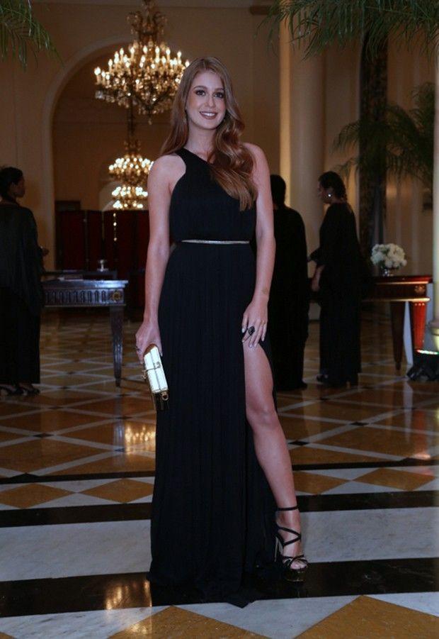 5f7a73f8bfc Vestido preto é um clássico que é sempre acerto para festa. Marina Ruy  Barbosa escolheu uma versão com fenda