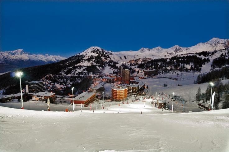 Hotel Araucaria ligt pal aan de pistes van het Franse skiparadijs #La Plagne/Paradiski. Het heeft een ronde architectuur waardoor alle kamers, het restaurant en het zonneterras zicht hebben op de skipistes of op de Mont Blanc. De kamers zijn modern en functioneel ingericht. #Hotel Araucaria ligt aan de voet van de pistes van La Plagne en tussen ca. 50 en 100 m van de skischool.  Officiële categorie ***