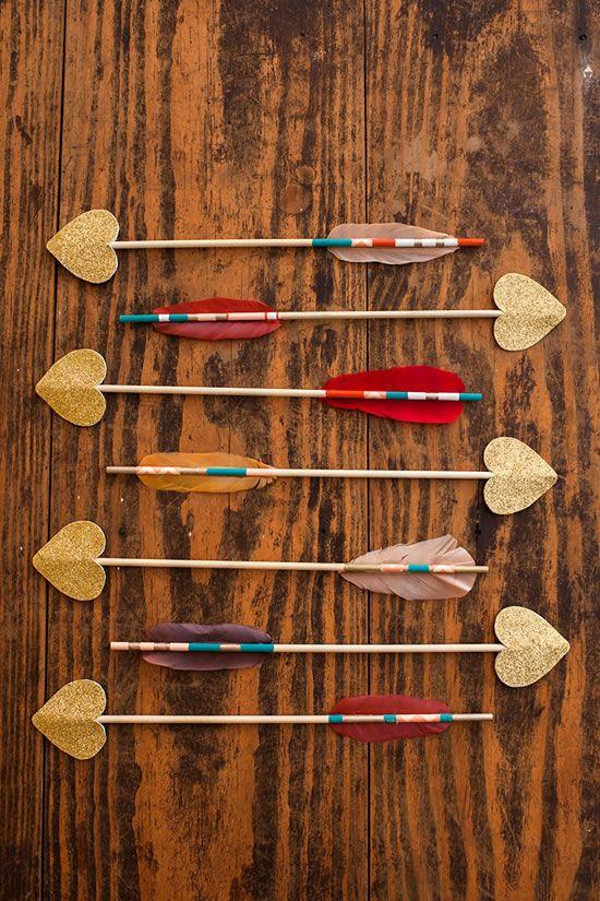 Os mostramos como podéis hacer unas simpáticas flechas llenas de glamour y purpurina para decorar vuestra casa en el día de los enamorados....