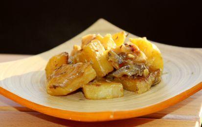 Patate e cipolle speziate, ricetta per un contorno light - Le patate e cipolle speziate, sono un contorno profumato e gustoso. Servile nei tuoi menù delle feste, una variante originale dei classici piatti natalizi.