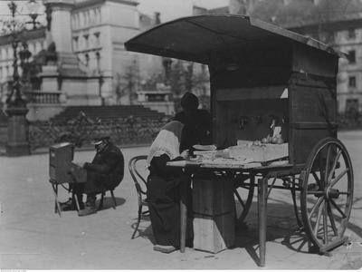 Handel uliczny w Warszawie   w 1925 roku - budka na kołach   z wodą sodową, artykułami tytoniowymi i owocami.    Źródło: NAC