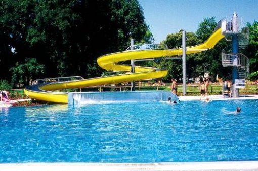 Mit seiner zentralen Lage und dem entspannten Ambiente bietet das Freibad Georgenschwaige alles, was man braucht, um heiße Sommertage in München zu genießen – Erfrischung, Spaß und gutes Essen.  Zur sportlichen Betätigung gibt es das große 50-m-Sportbecken. Für den richtigen Spaß sorgt ein Sprungbrett (1 Meter). Weniger geübte Wasserratten können sich im 25-m-Nichtschwimmerbecken abkühlen. Die Kinder freuen sich vor allem über das Planschbecken und zwei kleine Wasserrutschen. Ein weiteres…