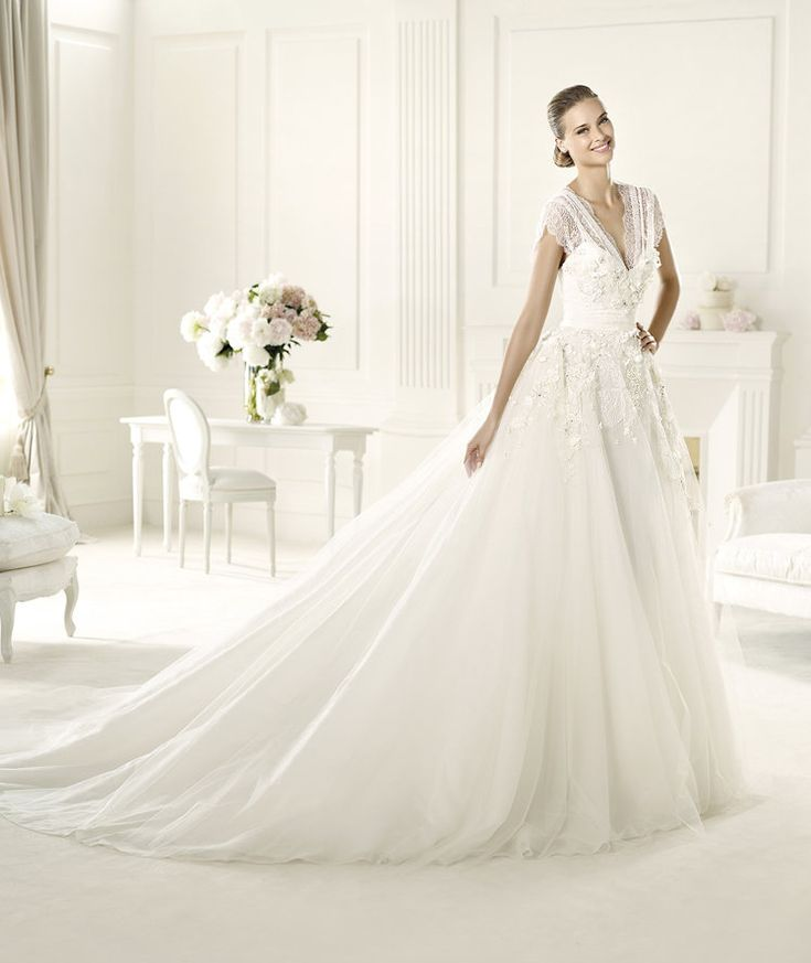 Exquisite A-line Straps V-neck Beading Lace Hand Made Flowers Chapel Train Tulle Wedding Dresses