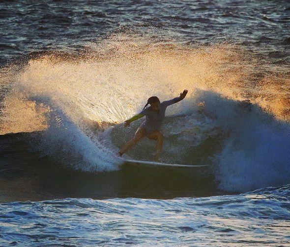 Sally Fitz surfeuse compte instagram de rideuses à suivre