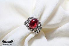 Anillo estilo gótico con piedra roja rubí por NocturneHandcrafts