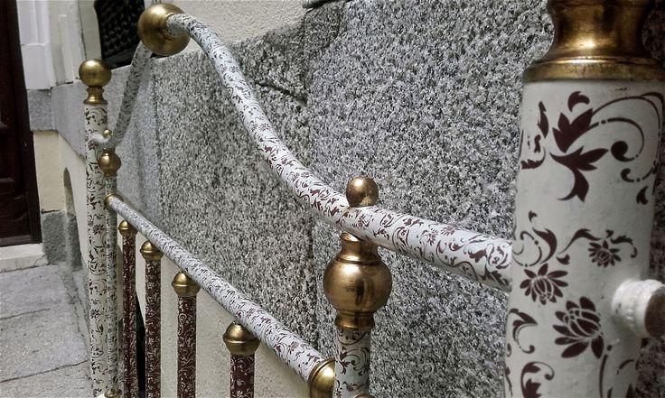 Renovación de cabecero dorado. Transferencia de motivos florales color vino sobre blanco hueso brillante.