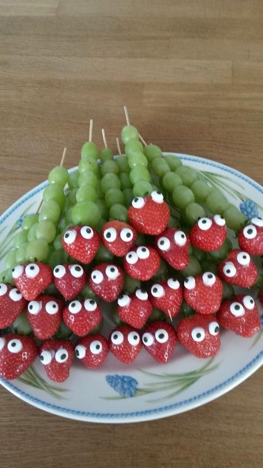Erdbeere und Trauben auf einen Schaschlikstab aufreihen und mit ein bisschen Zuckerguss und Schokotröpfchen die Augen basteln.