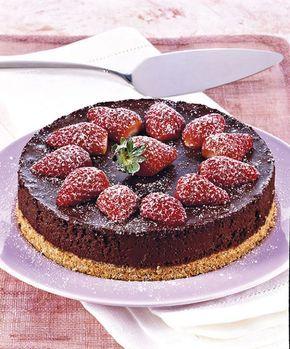 Torta di mousse al cioccolato e fragole. Ricetta di Giuseppe Capano. Tratta dalla rivista Cucina Naturale.