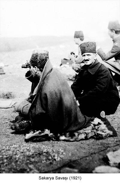 """Mustafa Kemal, orduyu dürbün ve haritayla yönetti. Rauf Orbay anılarında şöyle yazmıştı: """"Yunan orduları Ankara'ya yürüyordu. Sabah erkenden Millet Meclisi'nde toplandık. O (Mustafa Kemal) bize bilgi verecekti. Bir Anadolu haritası isteyince getirdik. Kırmızı kalemle Sakarya'nın gerisinde uzunca bir çizgi çizip """"Düşmanı burada yeneceğiz"""" dedi. Ona inandık. Neden inandık ve nasıl inandık hâlâ bilmiyorum."""