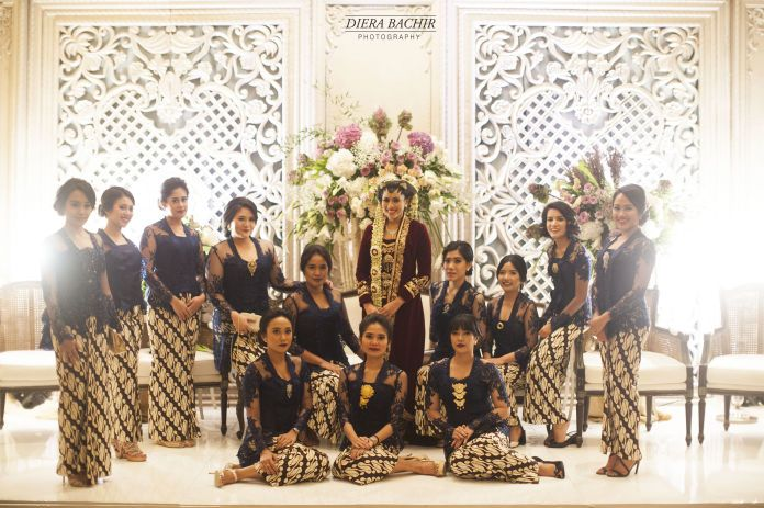 Bride & bridesmaids in Indonesian traditional dress | http://www.bridestory.com/diera-bachir-photography/projects/cynthia-raditya-wedding