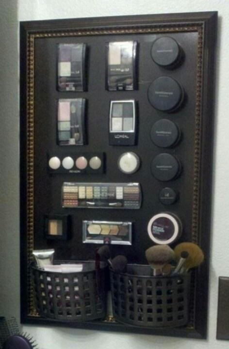 Maak je eigen opberg lijst voor je make-up Dit heb je nodig: - lijst -magneetverf - magneten Zo maak je het: Verf of de muur of een plaat met de magneet verf. Plak op de achterkant van je make-up doosjes een magneetje. En klaar is je opberglijst. Nu alleen nog een mooi plekje zoeken om hem op te hangen.