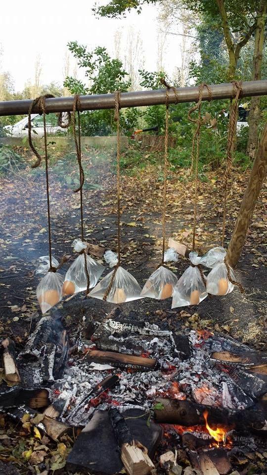 met dit weer is het erg super om iets met vuur te doen, leer ze hoe hout te sprokkelen (dood hout..) Laat de groep dan hout sprokkelen en neem de vier gidsen apart om aan hun te leren ze hoe een vuurstarter te maken. Dan laat je hun het aan de rest leren. dan maken ze. vier vuren en gaan ze een eitje koken boven het vuur in een plastic met water....