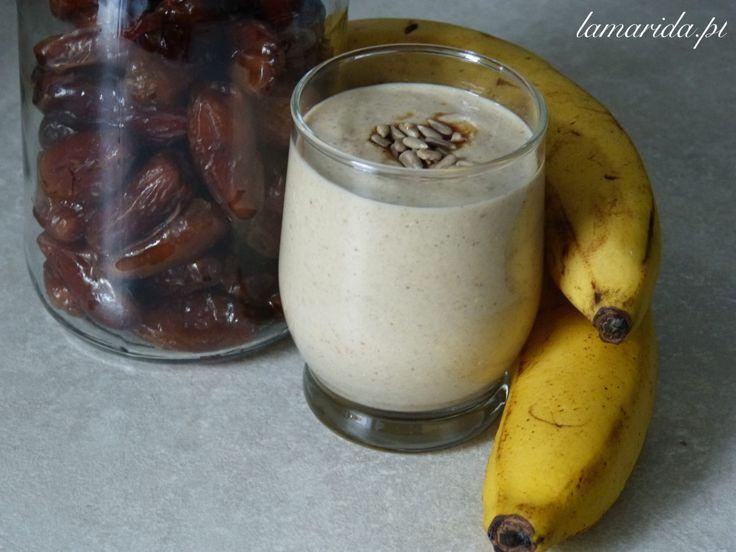 Bardzo smaczne i sycące śniadanie zrobione z płatków owsianych i bananów i naturalnie słodzone daktylami.