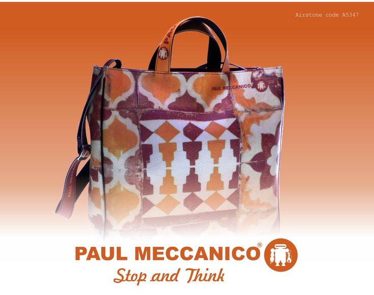 Moda in giallo, beige e marrone effetto maiolica. Paul Meccanico con questa borsa ti vuole simpaticamente vestita come...una tazza da tè. Incredibile...la fantasia tipica degli oggetti da casa entra nel tuo guardaroba. Il risultato? Molto chic.