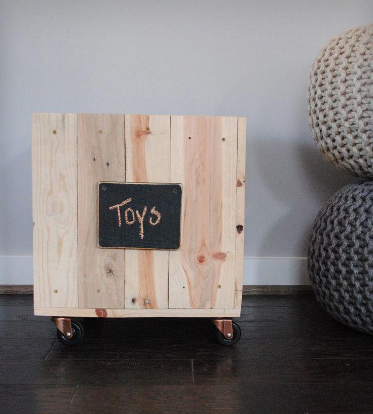 caisses en bois recyclé et étiquettes en peinture ardoise - Reclaimed wood ottoman & storage bin