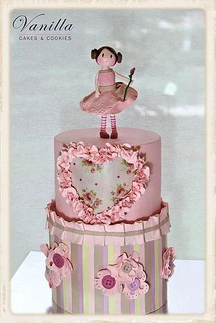 Babygirl birthday cake... Kız çocuk doğumgünü pastası... Yenilebilir kağıt, düğmeler ve dantel çiçek detayları ile... Fondant girl topper...