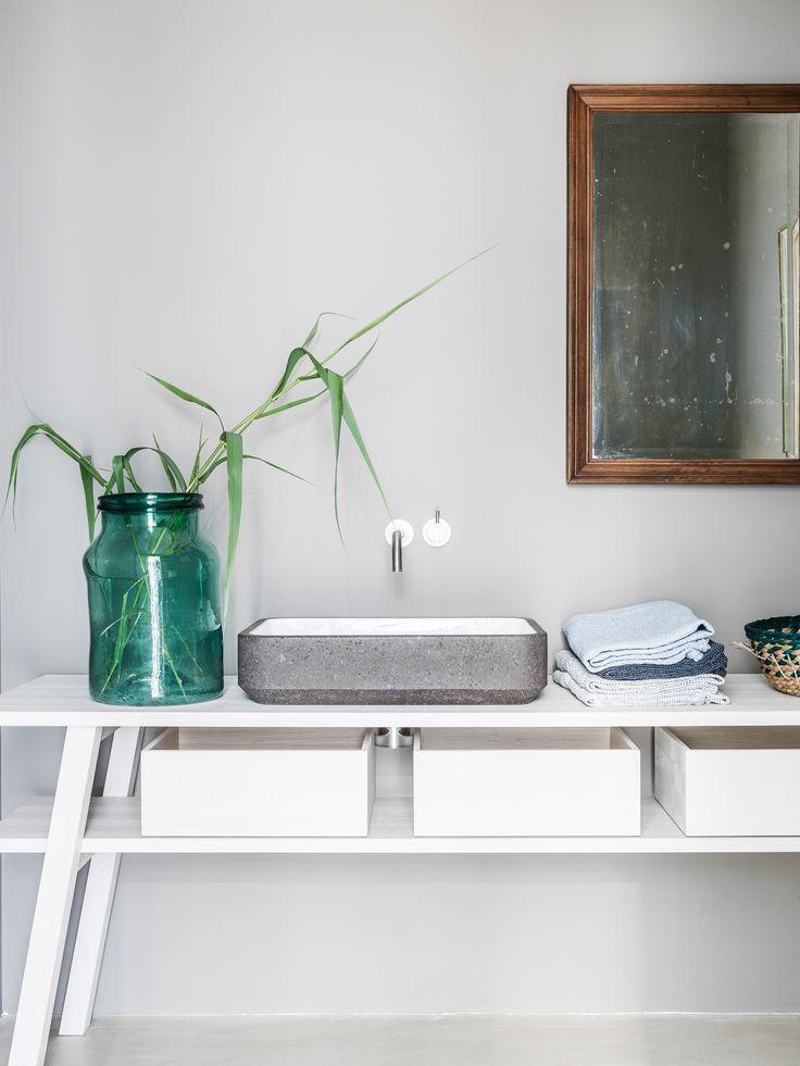Sink in lavastone, bench in ash.